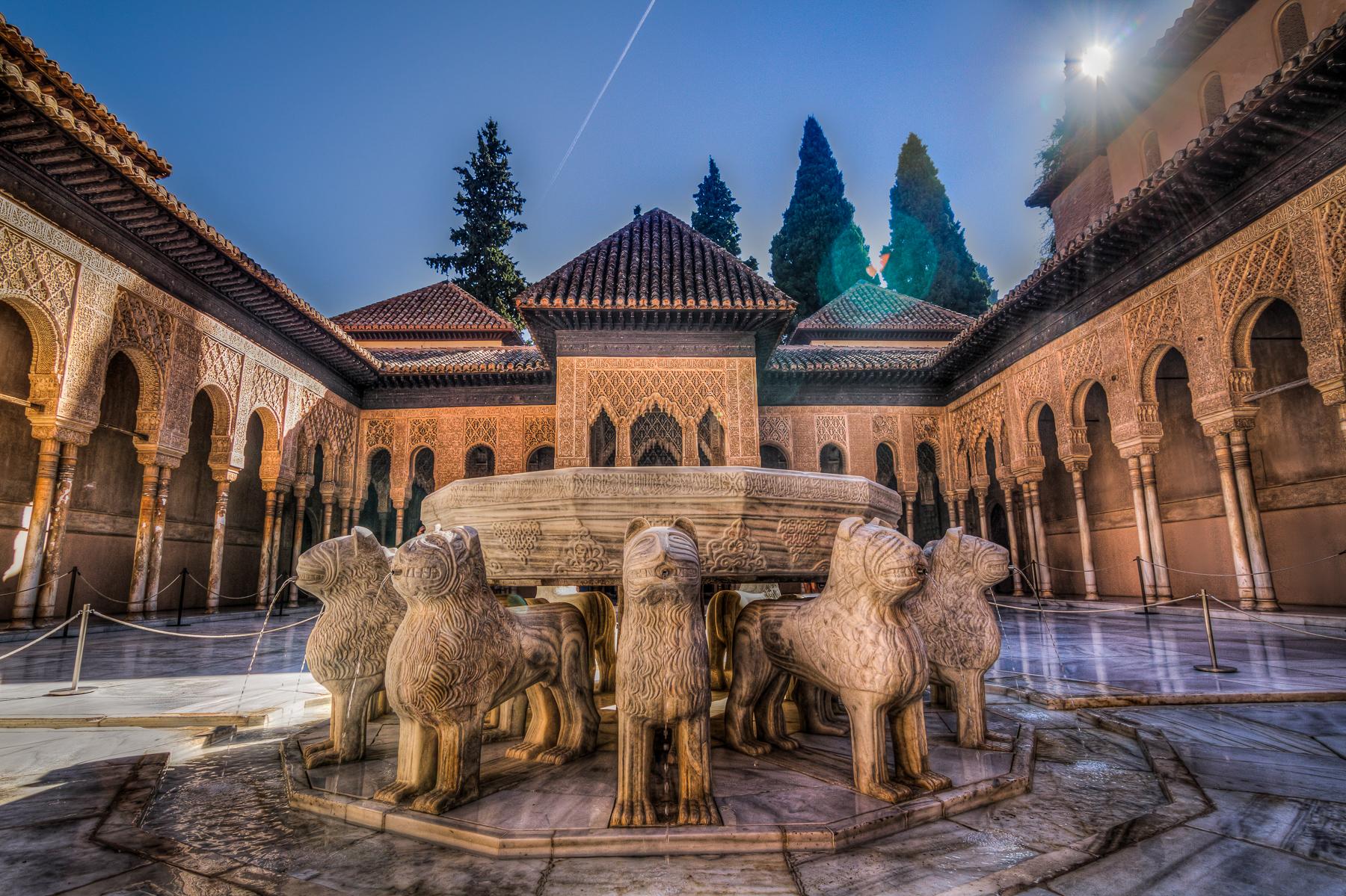 Patio de los Leones en la Alhambra, Ganada, España.